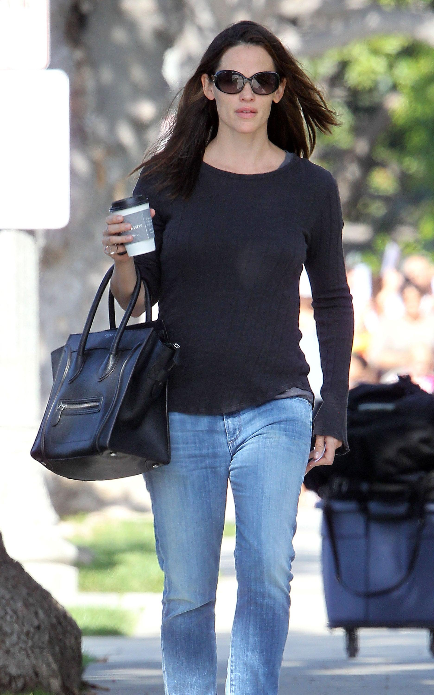 Jennifer-Garner-wore-pair-sunglasses