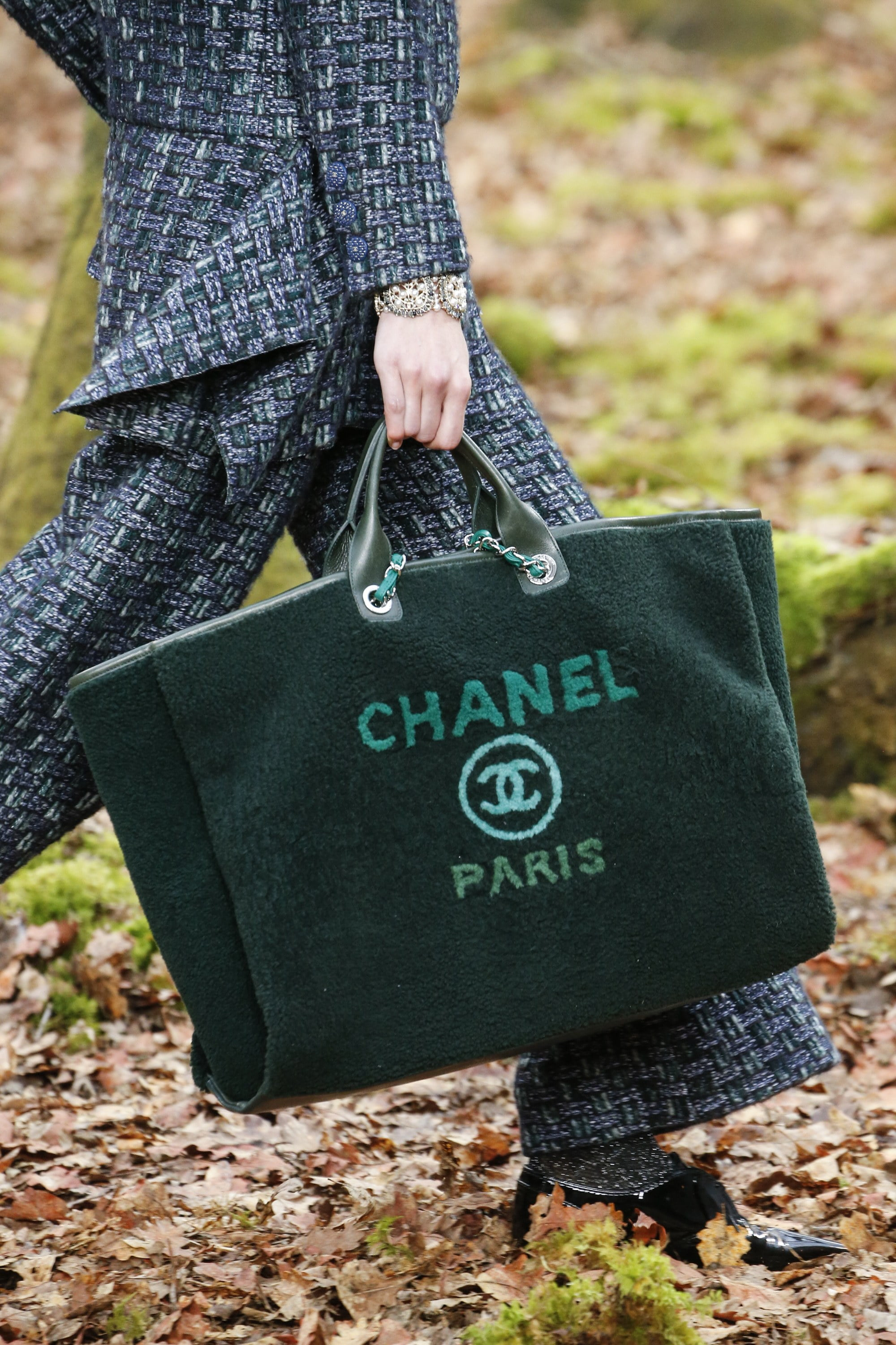 Chanel S Fall 2018 Show At Paris Fashion Week Took Us For A Walk In The Woods Grand Palais Of Course Autumnal Colors Leaf Motifs Abounded