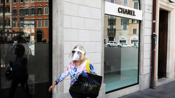 Woman walking by Chanel during the pandemic of 2020