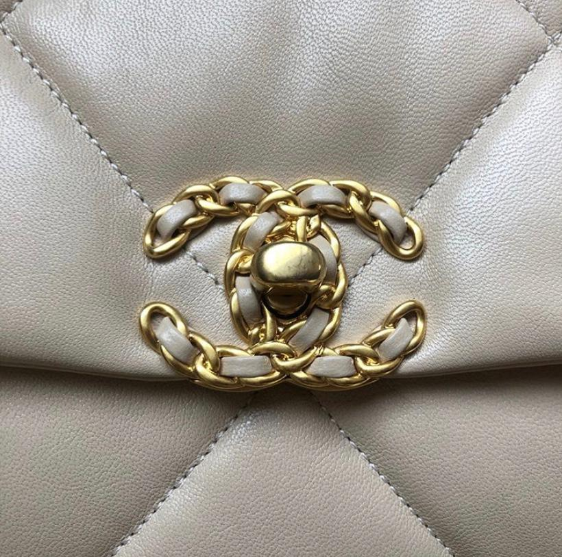 Chanel 19 logo clasp